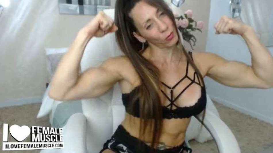 thick biceps on cam girl larissa reis