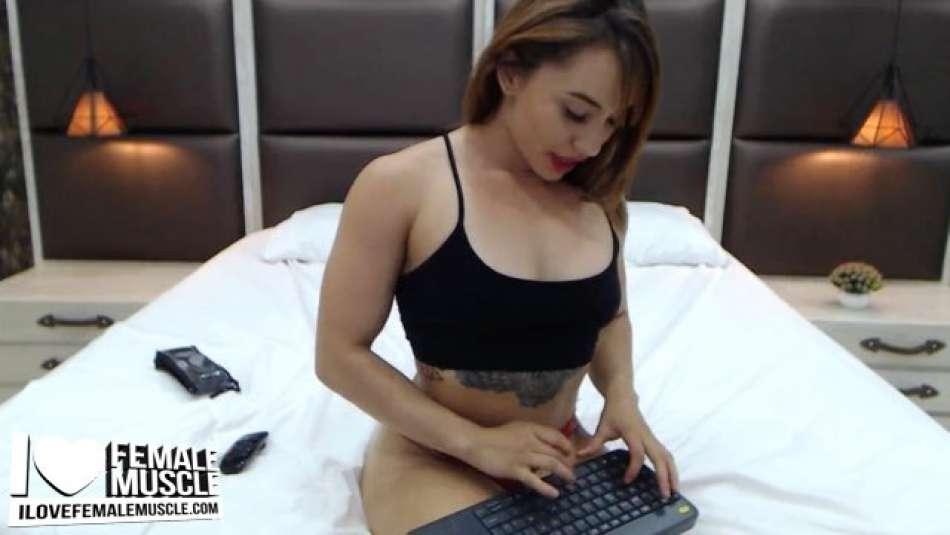 nice arms on webcam girl