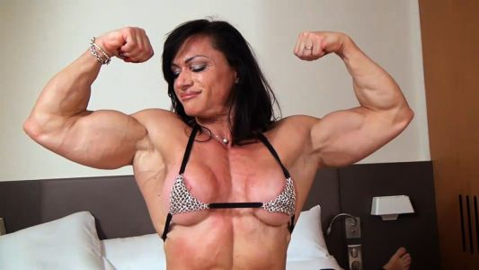 Claudia Partenza flexing her huge biceps