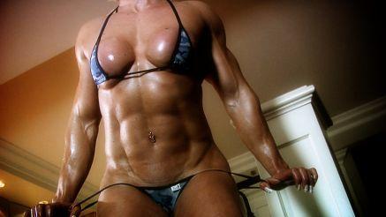 female bodybuilder muscular abs