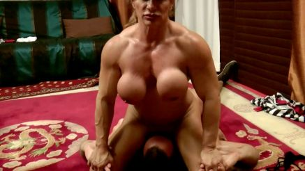muscle MILF face sitting